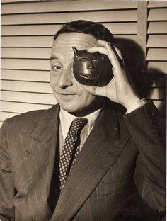 Julien Gracq : écrivain. Portrait au masque, tirage argentique anonyme d'époque, 24x18cm.  Succession Julien Gracq (1910-2007).