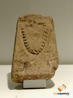 El Ídolo-placa de la Carballeira, procedente dun achado casual en Cuñas (Ponte Caldelas) y depositada en el Museo de Pontevedra, fue realizado sobre piedra arenisca dentro del periodo Calcolítico (IV-III milenios a.C.).