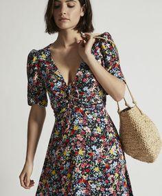 Kort kjole med blomst på mørk baggrund - 1