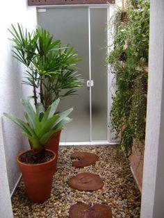 Acompanhe o passo a passo simples de montagem de um jardim de inverno pequeno em baixo da escada.
