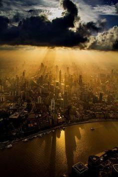 Operador de grúa toma imágenes increíbles desde el edificio mas alto de Shanghai