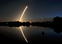#Foguete americano Atlas V é lançado ao espaço com satélites militares, no Cabo Canaveral, na #Flórida. Foto: Tim Shortt/Associated Press.