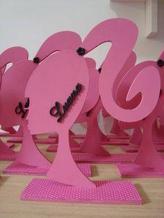 Logo da Barbie com nome sobreposto na cor preta, para centro de mesa ou Decoração de mesa de festa. Feita em Mdf, e revestido com tecido, podendo ser usado depois na porta, ou parede da criança. R$ 26,50