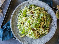 Kremet pastasalat med pesto og kylling | Godt.no Tex Mex, Meatloaf, Guacamole, Feta, Meal Planning, Cabbage, Salads, Spaghetti, Food And Drink