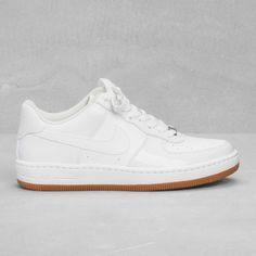 Baskets blanches, Nike sur & Other Stories, 95 €.