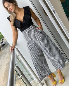 "Looks With Pantacourt Pants "" Check out 15 Amazing Ideas! Work Fashion, Fashion Pants, Fashion Dresses, Fashion Looks, Baggy Pants, Skirt Pants, Trousers, Mode Outfits, Trendy Outfits"