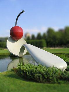 Claes Oldenburg & Coosje van Bruggen, Spoonbridge and Cherry.