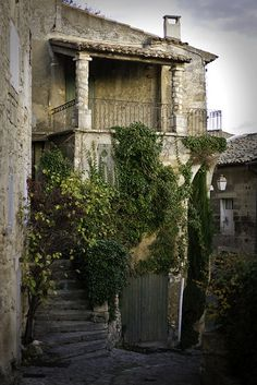 secret stairs somewhere in Bonnieux, Provence, France La Provence France, Luberon Provence, Beautiful World, Beautiful Places, Belle France, Famous Castles, Purple Home, Exterior, French Countryside