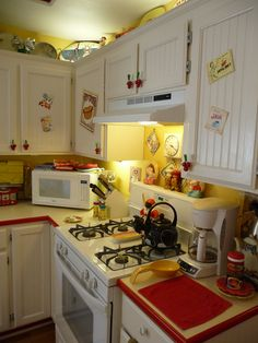 Kitchen Cabinet Design Look Incredibly Creative. Replacing your kitchen cabinets are a big investment. Here's our top kitchen cabinet ideas that are classics and will be on trend for years. Cozy Kitchen, Kitchen Redo, Kitchen Remodel, Romantic Kitchen, Kitchen Cabinets, Vintage Kitchen Decor, Farmhouse Kitchen Decor, Country Kitchen, Red And White Kitchen