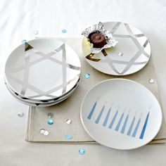 LOVE these hanukkah plates! Idea for making  by using porcelain paint and white plates, methinks