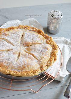 Voor mijn verjaardag van vorige week heb ik deze Amerikaanse appeltaart gebakken. Nu hoor ik jullie denken: wat is dan het verschil tussen de Nederlandse en de Amerikaanse appeltaart? De Amerikaanse a