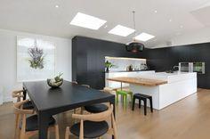 cocina moderna en negro y madera