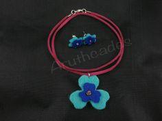 Conjunt flor d'arracades i collaret de feltre. Referència :FL-CON-029 Material : Feltre Pes : 2g