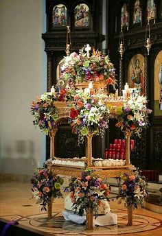 Tomb of Christ in Russian Orthodox Church on Good Friday Christ Tomb, Christ Is Risen, Orthodox Easter, Greek Easter, Christian Religions, Greek Culture, Easter Traditions, Holy Week, Orthodox Icons