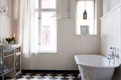 chrome sink stand, black and white tile floor Nordic Home, Scandinavian Home, Bad Inspiration, Bathroom Inspiration, White Bathroom, Modern Bathroom, Classic Bathroom, Frog Bathroom, Light Bathroom