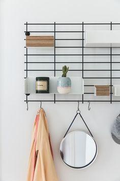 Se, hvordan træ, læder og marmor er mixet til perfektion hos Lill og Morten Nordic Home, Bath Design, Design Inspiration, Shelves, Interior Design, Cool Stuff, Bathroom, Furniture, Home Decor
