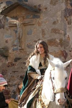Medieval princess riding through village? Fantasy Inspiration, Story Inspiration, Character Inspiration, Fantasy Magic, Medieval Fantasy, Fantasy Art, Fantasy Characters, Female Characters, Moda Medieval