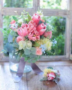 """一会レッスン on Instagram: """"新郎新婦さま手づくり #ブーケ お色直し用に、チューリップとバラのサーモンピンクの #クラッチブーケ です。  挙式ブーケのほうは、生花ブーケでご依頼くださったので、お預かりして一緒にお届け予定です。…"""" Table Decorations, Instagram, Home Decor, Interior Design, Home Interior Design, Dinner Table Decorations, Home Decoration, Decoration Home, Center Pieces"""