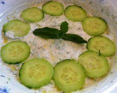 Cette sauce au yaourt libanaise est idéale pour accompagner les Boulettes kefta libanaises par exemple. Mais vous pouvez la déguster en mezze sur du pain libanais. L'été arrive à grand pas et elle vous apportera une touche de fraîcheur dans votre assiette...