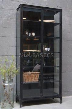 Apothekerskast 10168 - Industriële apothekerskast in de kleur zwart. De kast heeft zowel aan de voor- als zijkanten glas waardoor de kast luchtig oogt. De donkere kleur combineert prachtig met bijvoorbeeld wit servies. Een stijlvol, stoer meubelstuk.: