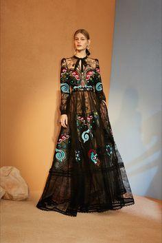 Guarda la sfilata di moda Elie Saab a New York e scopri la collezione di abiti e accessori per la stagione Pre-Collezioni Autunno-Inverno 2018-19.