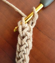 Fsc (foundation single crochet): This creates a beginning row of single crochet, each with its own chain at the bottom, for a sturdy, elastic foundation. (Doris Chan site) Love this stitch! FSC (foundation single crochet) Tutorial 3 Instead of using chain Crochet Unique, Knit Or Crochet, Learn To Crochet, Crochet Crafts, Crochet Hooks, Crochet Projects, Crochet Tutorials, Crotchet, Crochet Rope