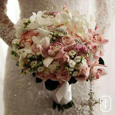 Encantador buquê de flores delicadas para o casamento clássico de Dayana e…