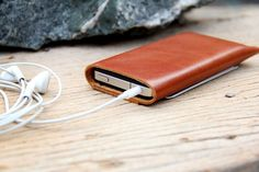 Bekijk alle stijlvolle iPhone hoesjes - #leather iphone cases 4 | Nice gift, good price point - Classic branch brown leather iphone case. $22.00, via Etsy. - http://www.telefoonhoesjes-shop.blogspot.nl/