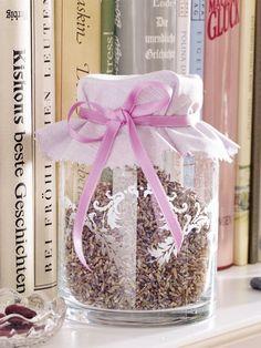 In einem Weckglas schön unter die Haube gebracht, verbreitet Lavendel seine entspannende Wirkung im Schlafzimmer.