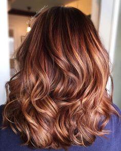 haarfarbe caramel braun, mittellange lockige haare in karamellrot mit karamellblonden strähnen