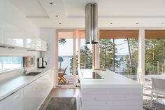 Moderni keittiö saarekkeella ja merinäköalalla Lakeside Cottage, Winter House, Modern Kitchen Design, Cottage Homes, House In The Woods, Log Homes, Home Decor Inspiration, Home Remodeling, Art Ideas