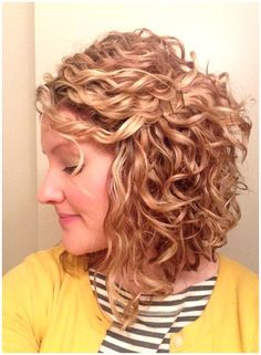 Curly Inverted Bob, Inverted Bob Hairstyles, Curly Stacked Bobs, Thin Curly Hair, Curly Hair Styles, Natural Hair Styles, Curly Short, Wavy Hair, Round Face Curly Hair