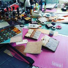 Y así se pone mi mesa cuando estoy divirtiéndome!  #autumnproject  #scrapbook #garabattas
