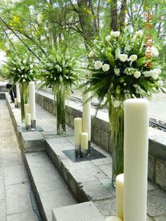 Arreglos florales altos y velas en decoración de boda.
