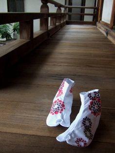 Japanese socks for kimono, Tabi 足袋 - Best socks EVR! Gr8 for around the house in winter.