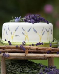 A lovely late summer idea from Bespoke Wedding Cakes Fiona Cairns Lavender Cake, Lavender Cottage, Lavender Green, Lavender Fields, Cupcake Cakes, Cupcakes, Lavender Recipes, Lavender Crafts, Edible Flowers