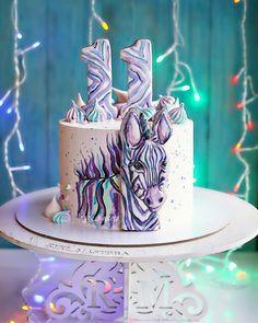 """Когда я увидела эту зебру, поняла что она похожа на мою жизнь, которая состоит из полос белых, чёрных и гормонов😂 Хорошего вам предновогоднего настроения💋 А у нас сегодня """"сладкий"""" корпоратив💃🏻 прянички от @lolya_pryanya 🌺 #ryki_mastera #veraessen #entrenafesta #desserts #dessert #food #foods #foodporn #instafood #sweet #sweets #mmm #foodgasm #delicious #foodforfoodies #sweettooth #chocolate #facsantos #cake #cakeideas #cakes #encontrandoideias #cakedecorating #cakedesign #cakestagram… Beautiful Cakes, Amazing Cakes, Doughnut Cake, Couture Cakes, Animal Cakes, Cake Craft, Painted Cakes, Small Cake, Holiday Cakes"""