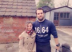 r4d.af compartilhou sua foto com Henry, ela disse em seu instagram: OMG Henry Cavill stayed at my house for Two nights!!!!