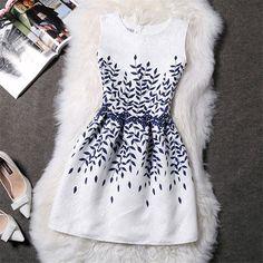 Vestido Cintura Marcada Branco com Flores Azuis Relevo