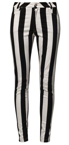 So verboten heiß, dieser Sträflingslook ;)! Extrem coole Jeans von Motel: http://zln.do/KfT5w5