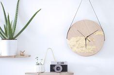Je reviens avec un nouveau DIY horloge suspendue. Apprenez avec ce tuto déco comment réaliser une magnifique horloge minimaliste et dorée ! Lets go !