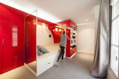 idée aménagement studio, dressing intégré et lit escamotable en rouge laqué et sol en gris perle