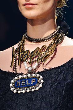 Pasado y presente se aúnan en la combinación excelsa a base de cadenas, collares de perlas, medallones y palabras que protagoniza el desfile de Lanvin.
