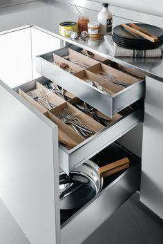 Cajón Legrabox de Arclinea. Descubre cómo organizar el espacio de la cocina gracias a los elementos de diseño de nuestra marca.