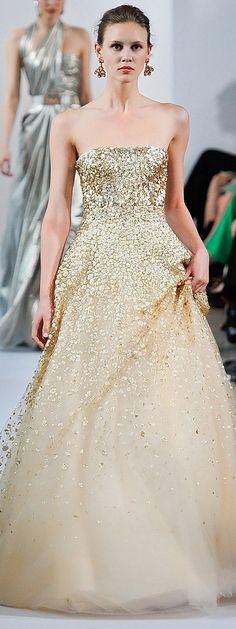 Oscar de la Renta Gold Gown , 2013.  #goldgown #oscardelarenta