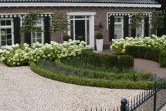Stylish garden at Notary residence Rhoon Front Gardens, Small Gardens, Outdoor Gardens, Boxwood Garden, Garden Shrubs, Modern Landscaping, Front Yard Landscaping, Classic Garden, Garden Borders