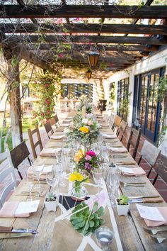 Photographed by Betsi Ewing, this Palm Springs wedding was full of geometric shapes and bright colors! Long Table Wedding, Wedding Dinner, Summer Wedding, Inexpensive Wedding Venues, Wedding Decorations, Table Decorations, Backdrop Wedding, Wedding Photography Poses, Photography Ideas