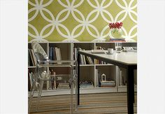 De policarbonato transparente, a cadeira Tosca decora este ambiente, que tem papel de parede estampado e estante baixa, com nichos  Marcelo Magnani / Casa e Jardim