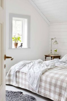 white planking on the walls Natural Bedroom, Nantucket Style, Attic Rooms, Nautical Home, Small Tables, White Houses, Dream Bedroom, Future House, Decoration