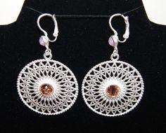 Oorbellen O9 filigraan wieltjes zilver kleurig met zacht roze steentjes - Earrings silver color filigree O9 with soft pink stones